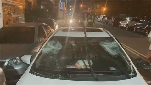 無故被盯上還砸車 車主失控撞3車 驚慌棄車逃