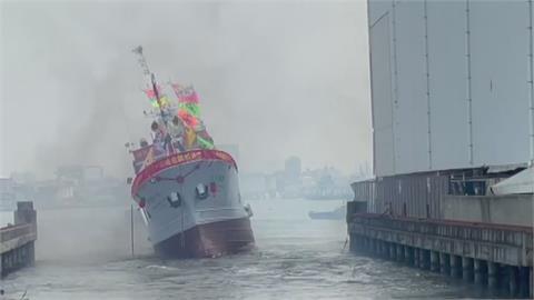 咚咚鏘!鑼鼓喧天慶下水 下1秒...船隻翻了