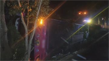 疑不熟路況闖狹路 遊覽車邊坡側翻4人傷