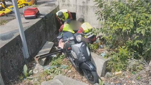 昏眩?母女騎在狹窄溝蓋路面摔落水溝
