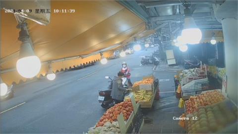 逛水果行偷香蕉、絲瓜 「貪婦不承認」老闆怒報警