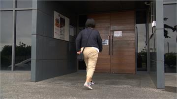 百匯餐廳無預警停業 員工苦守門口討薪水
