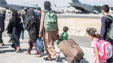 「拎過鐵絲網」的阿富汗女嬰近況曝光!美軍證實:一家3口在美團聚了