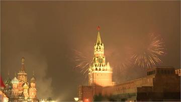 快新聞/俄國莫斯科跨年煙火秀登場 情侶互相擁抱送走2020