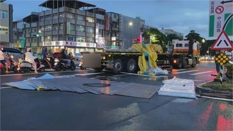 聯結車疑未固定好鋼片 綠燈起步滑落砸傷騎士