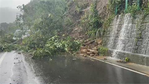 新竹縣122縣道土石崩落 樹被連根拔起倒路中央