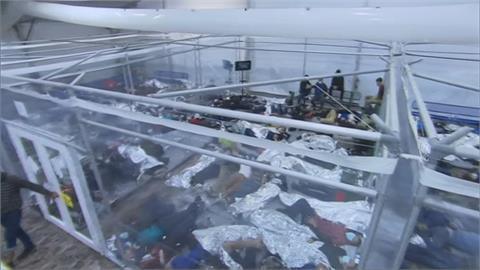 美墨邊境爆量移民 孩童擠收容所蓋鋁箔毯