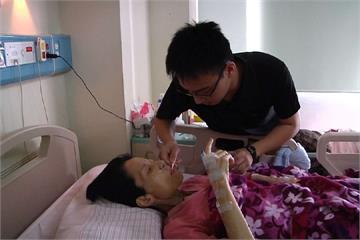 「媽媽只有一個」男大生休學只為照顧癌末母親