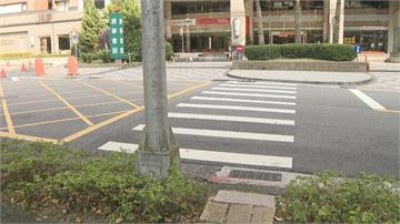 此路不通!路燈當門神 過斑馬線像玩障礙賽