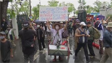 泰國民眾衝進法政大學 要求總理下台