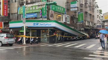 雨下太大超商招牌掉落  騎樓八機車「慘當墊背」