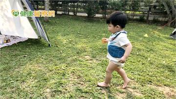 孩子內八、X型腿、扁平足怎麼辦? 3招培養良好姿勢習慣