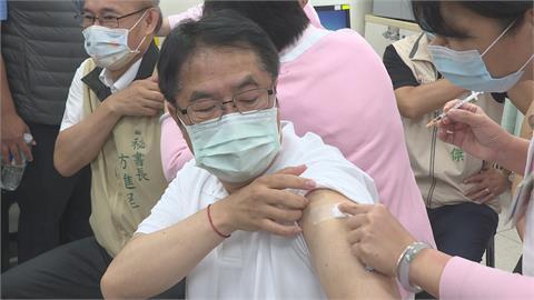 率市府團隊接種AZ疫苗 黃偉哲:別輕忽病毒威力
