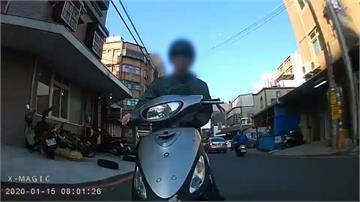 單手騎車擦撞前車...屁孩竟還嗆:幹嘛停車