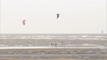 玩「風箏衝浪」落海  男自行游上岸幸無傷