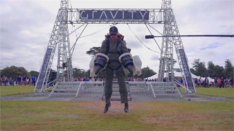 英國飛行裝改款亮相 變身「電動鋼鐵人」