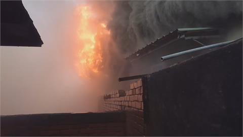 台南民宅起火險燒停車場!  業者救人還得救車
