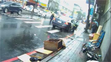 畫面曝光!不爽人行道垃圾太多 失業男怒將廢棄物丟馬路