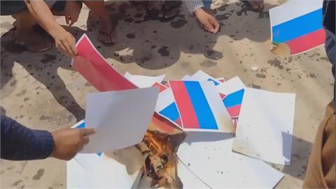 不滿中俄挺軍政府 緬甸示威民眾燒兩國國旗
