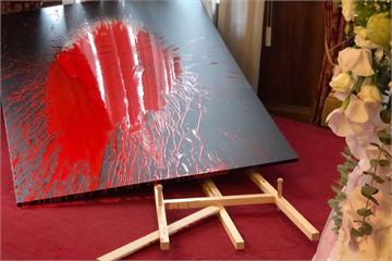 快新聞/婦人闖台北賓館追思會場 朝李登輝肖像「潑紅漆」
