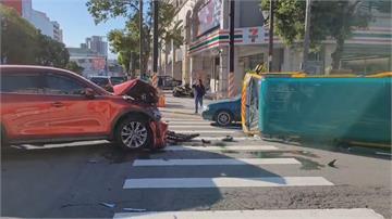 趕上班?苗栗休旅車闖紅燈娃娃車遭撞翻 1師3童受傷送醫