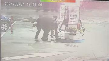 男子情緒失控激動吞油槍 警用「這一招」壓制救人!