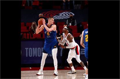 NBA/約基奇再奪雙十 金塊勝拓荒者翻轉系列賽戰局