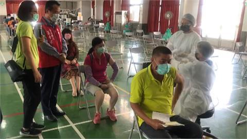 高雄防疫計程車接送長者打疫苗 採日本宇美町式施打法