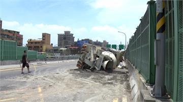 水泥車擦撞小黃翻躺路中 4人輕傷送醫