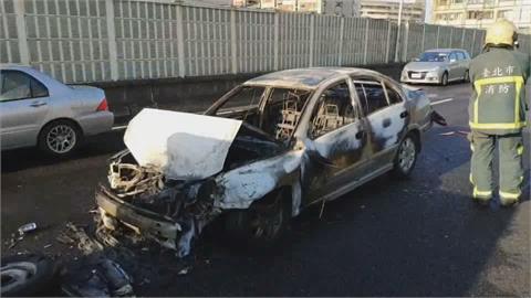 北市市民高架貨車拋錨  轎車追撞火燒車!