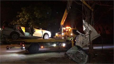 深夜車禍!疑過彎失控打滑撞路樹 動用破壞工具救援 駕駛頭骨破裂死亡