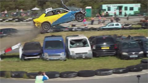 英國報廢車跳遠大賽 急速狂奔飛越9台車