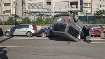 這回GG了!駕駛恍神自撞翻車 路邊三車遭殃
