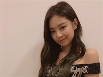 女團成員Jennie「埃及豔后」髮型絕美!網笑:偷戴Lisa假髮?