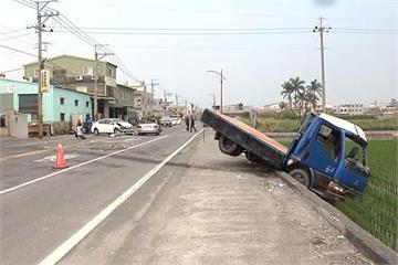 駕駛巷口衝出撞貨車 波及轎車慘遭削頂