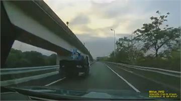惡劣!行駛國道遭逼車 小貨車駕駛竟還潑漆