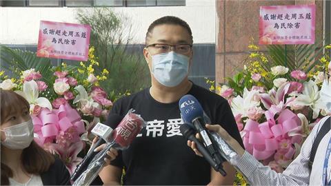 快新聞/朱學恒送指揮中心「白色花籃」 台灣教授協會譴責:傷害第一線抗疫人員感情