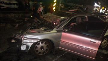 高雄驚天連環撞!轎車失控暴衝毀3車 遭推土機「飛天重壓」