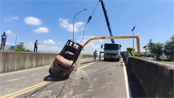拖板車載堆高機逾3.5公尺 限高鋼架遭擊落