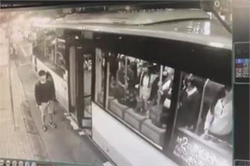 乘客控公車夾人又開走 司機:誤會