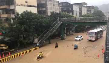快新聞/豪雨狂炸基隆 市區多處水深及膝、斜坡成瀑布狂瀉