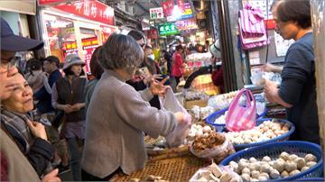 搶銅板價獅子頭、林青霞必買水餃 東門市場人潮擠爆