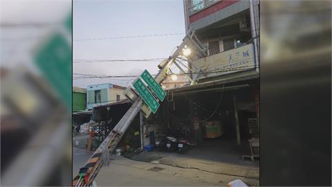 碰! 電線桿倒塌砸進民宅 附近百戶停電