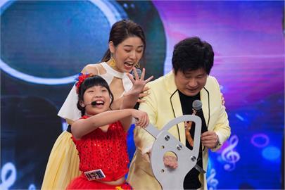 《台灣那麼旺》江宏恩當年原來是歌手出道!8歲女娃帶刀要來切胡瓜的手「抖問到底會不會」