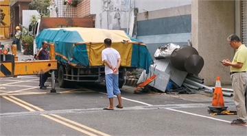 快新聞/疑未拉手煞車 卡車「倒退嚕」撞毀電箱害數十戶停電