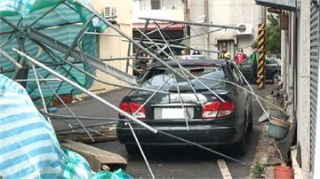 快新聞/風好強!嘉義刮7級風 吹倒鷹架砸毀多車