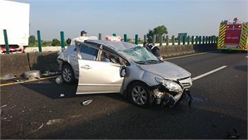 快新聞/中山高民雄交流道段車禍 轎車打橫「車頭車尾全凹」2人送醫