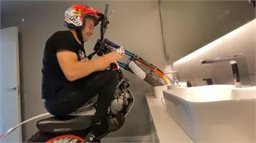 真本事!居家防疫也練車 知名摩托車手耍在家特技
