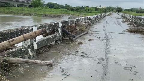 暴雨襲南台灣!溪水淹沒中路橋滿地泥濘 大社觀音山土石崩塌