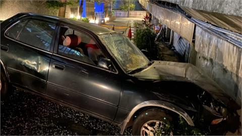 疑疲駕誤踩油門 撞破停車場玻璃連人帶車墜地